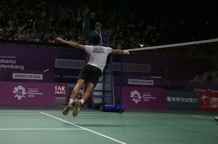 Player wonders if touching the net is a foul in badminton